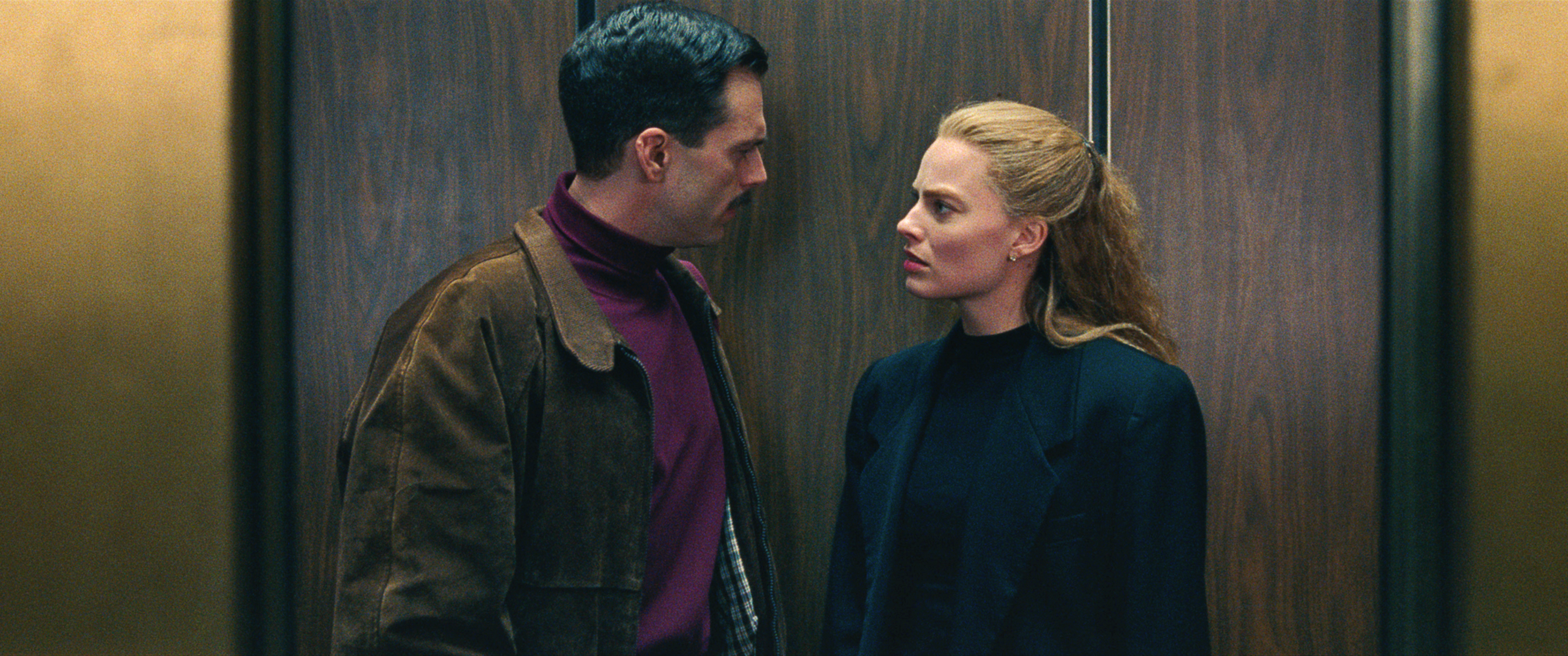 8-Tonya Harding(Margot Robbie) and Jeff Gillooly (Sebastian Stan) in an elevator in I, TONYA, courte