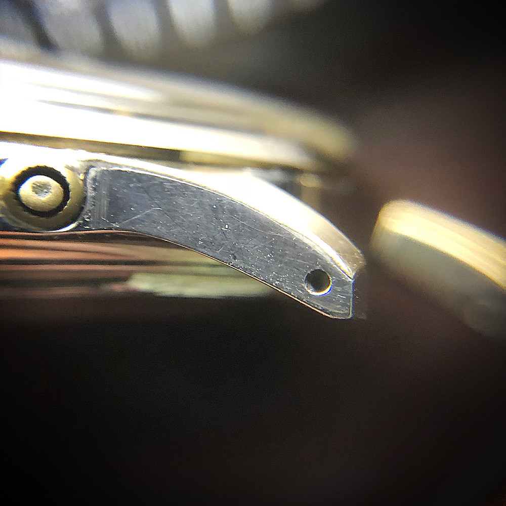 Here you can see the layer of gold rolled over the stainless steel lug, its solid gold bezel in the background.