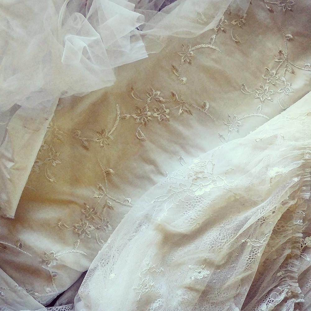 בדים של שמלות כלה: בד תחרה, בד עם רקמה, בד טול