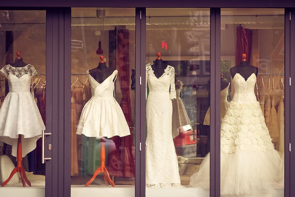 חלון ראווה עם שמלות כלה שונות
