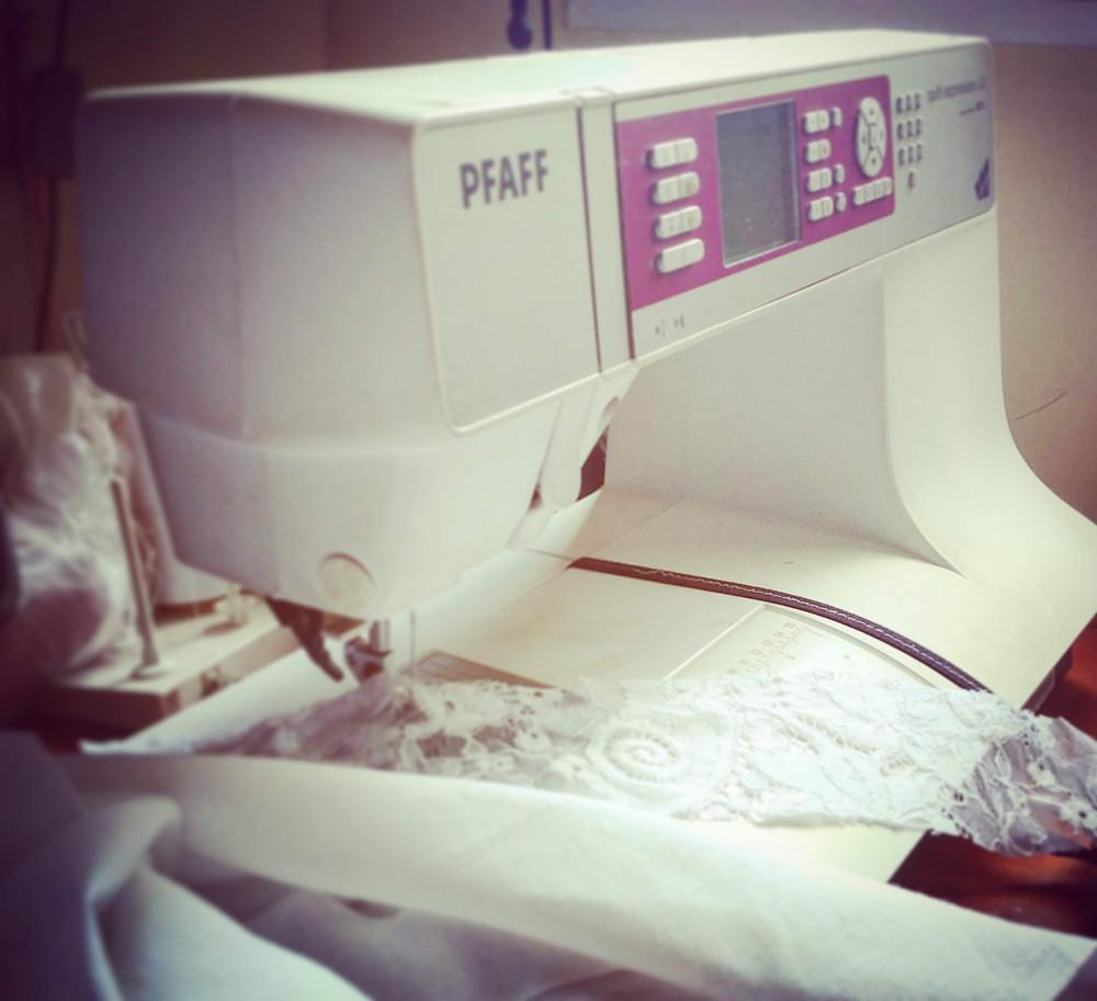 מכונת תפירה של תופרת שמלות כלה וערב