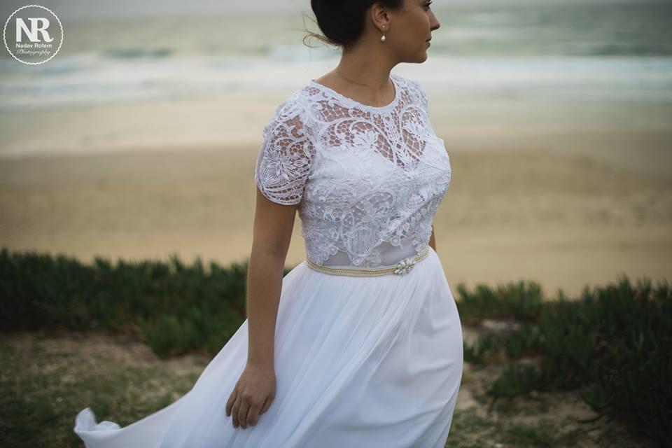שמלת כלה בתפירה אישית עם עליונית תחרה וחגורה