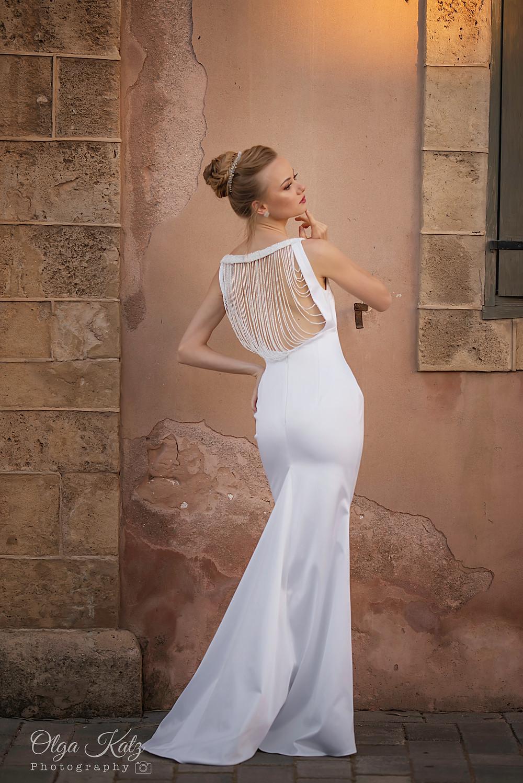 שמלת כלה צמודה מקולקצית שמלות כלה בתפירה אישית