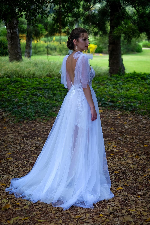 שמלת כלה עם חצאית טול ומפתח גב עמוק
