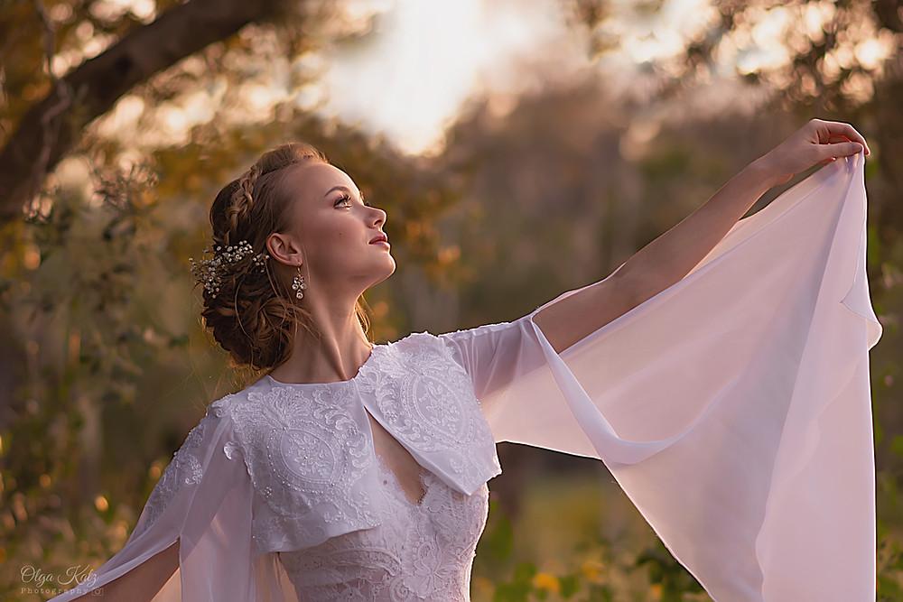 שתי שמלות כלה בשמלה אחת- עליונית גלימה לשמלת כלה