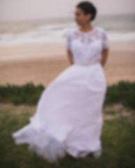 כלה לובשת שמלת כלה בתפירה אישית עם עליונית מתחרה וחגורה