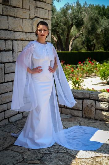 שמלת כלה צמודה עם גלימה מקולקציה בתפירה אישית