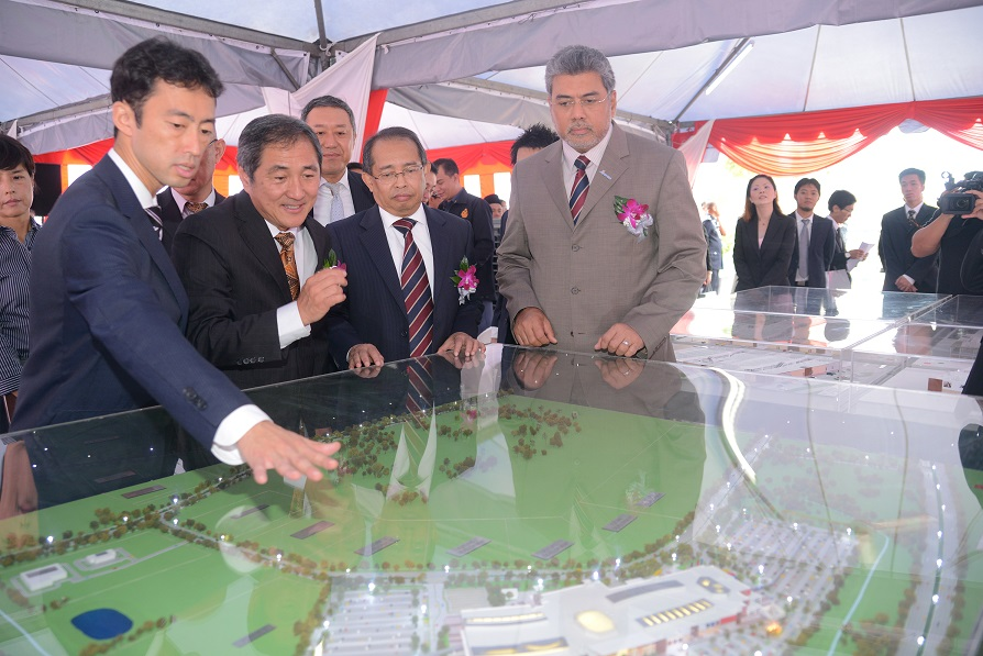 Photo 4 Viewing the model of the Phase 2 of Mitsui Outlet Park KLIA