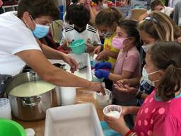 Aprender a elaborar quesos con leche de Cabra Payoya para celebrar el Día de la Mujer Rural