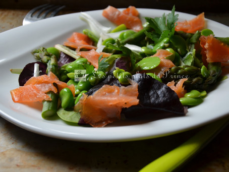 Salade printanière aux fèves, pointes d'asperges et herbes du jardin
