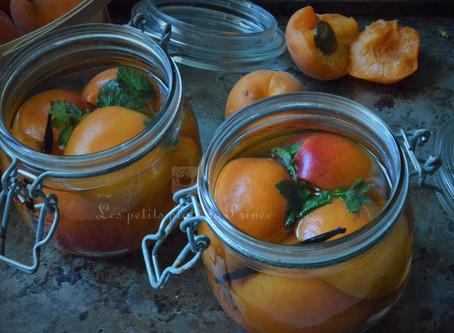 Conserves d'abricots au sirop à la mélisse du jardin