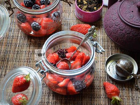 Soupe de fraises et mûres, sirop infusé au thé aux épices