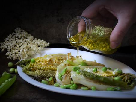 Salade printanière de sucrine, fèves et petits pois, huile infusée aux fleurs de sureau
