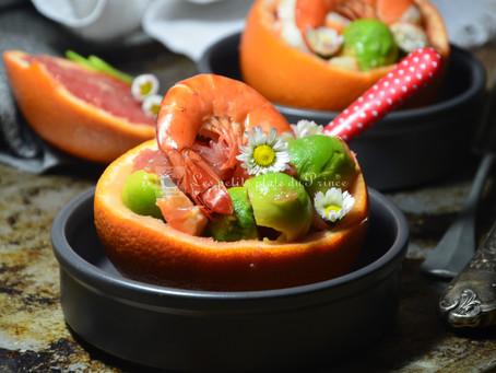 Salade de pamplemousse, avocat, crevettes et pâquerettes