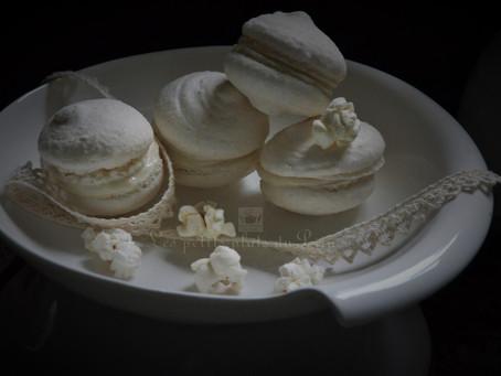 Macarons au pop corn en monochromie blanche