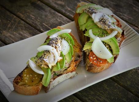 Avocado toast à la tapenade de sardine à l'huile et au piment