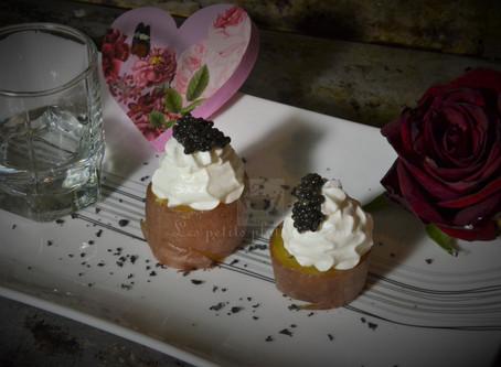 Bouchées apéritives de pomme de terre au caviar et chantilly vodka