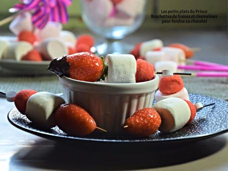 Brochettes de fraises et chamalows pour fondue au chocolat