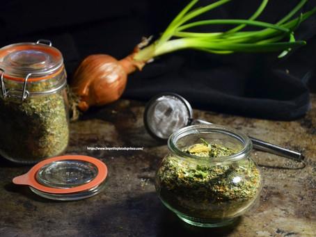 Bouillon de légumes en poudre avec des épluchures