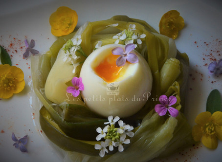 Oeuf de Pâques mollet en nid de poireau aux petites fleurs du jardin