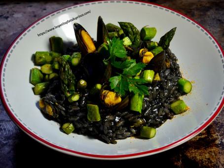 Recette de risotto à l'encre de seiche, moules et asperges vertes