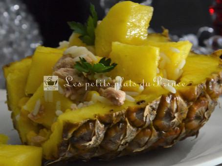 Salade de riz exotique en coque d'ananas
