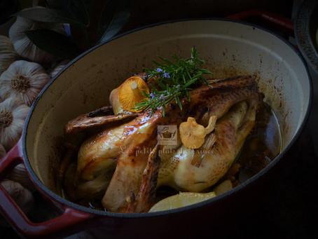 Poulet fermier du Gers, rôti avec poire et chanterelles