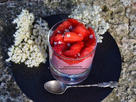 Mousse aux fraises aux fleurs de sureau du jardin