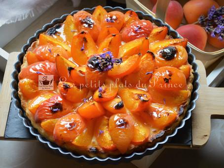 Tarte aux abricots sur crème parfumée à la lavande du jardin