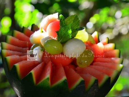 Salade de fruits jolie, jolie en coque de pastèque...