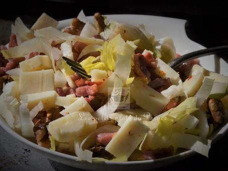 Salade montagnarde à l'endive et au fromage de brebis au piment d'Espelette