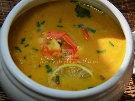 Bouillon Thaï aux crevettes, lait de coco, et curry