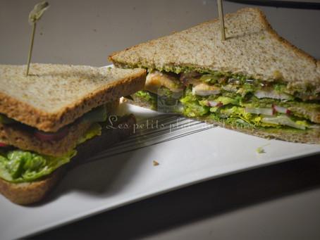 Club-sandwich au poulet, asperges vertes et au pesto de fanes de radis et orties