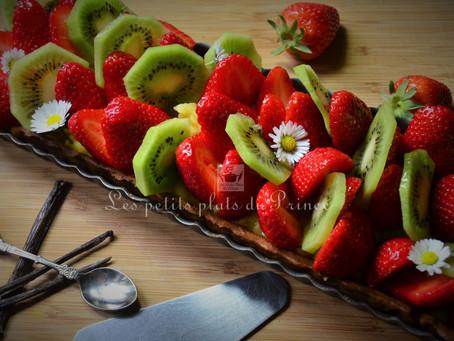 Tarte printanière aux fraises, kiwi et fleurs de pâquerettes