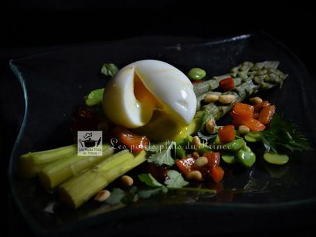 Oeuf mollet, asperges vertes et salade d'herbes