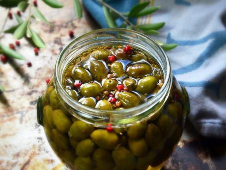 Méthode de préparation des olives vertes du jardin en saumure
