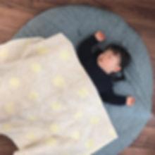 外出先で寝て帰宅した時、そのまま寝かせたりと1歳を過ぎても活躍しています。  せんべい座布団の上に寝かせて撮った写真はかわいく、誕生から毎月撮っている写真は成長がわかると祖父母にも大好評です。