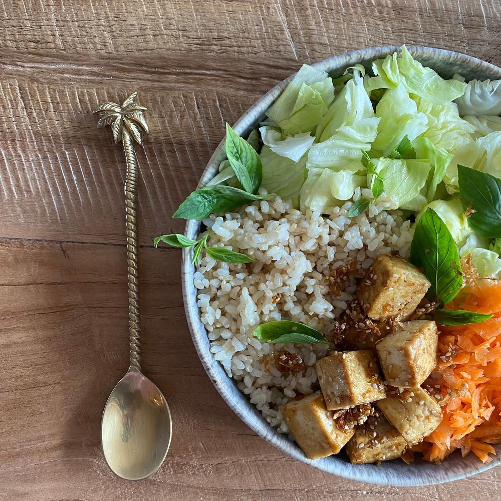 Eine vollwertige Mahlzeit, die Kohlenhydrate, Protein und hochwertige Fette sowie jede Mange Mikronährstoffe liefert