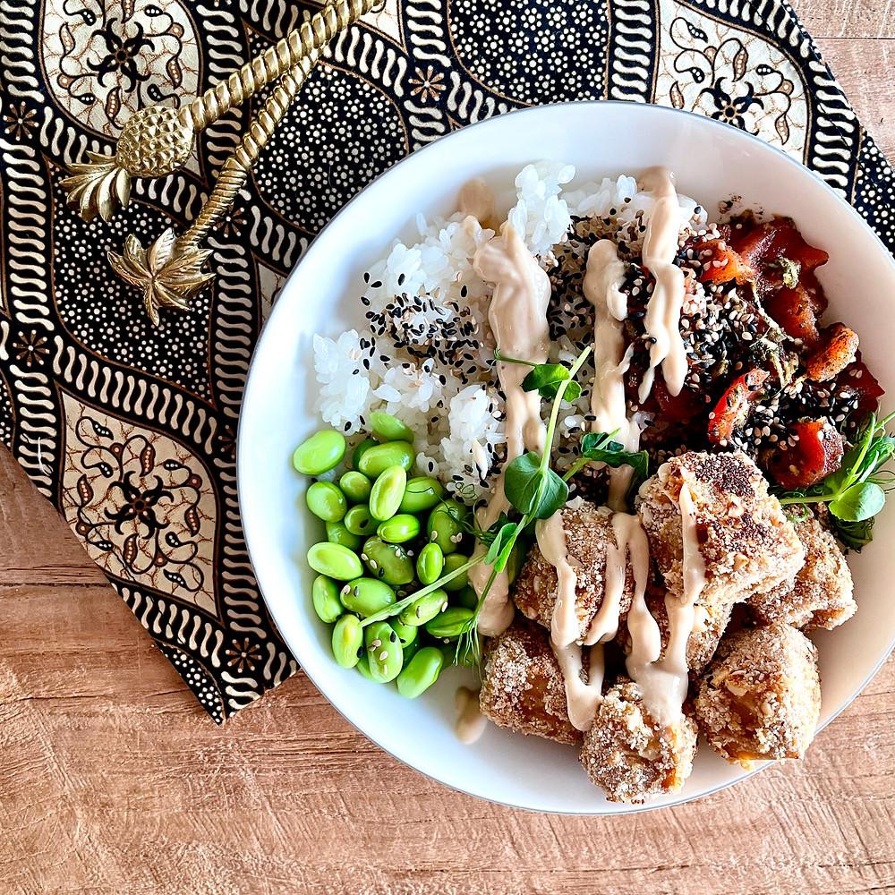 Sushi Bowl mit Knusper-Tempeh, Reis, Edamame, Tomaten-Tuna, Sesam, Erbsenkresse und veganer Mayo