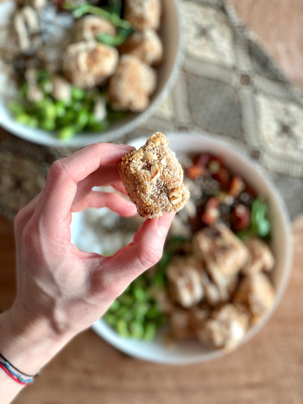 Tempeh in einer Knusperhülle aus Vollkornreis und Erdnüssen