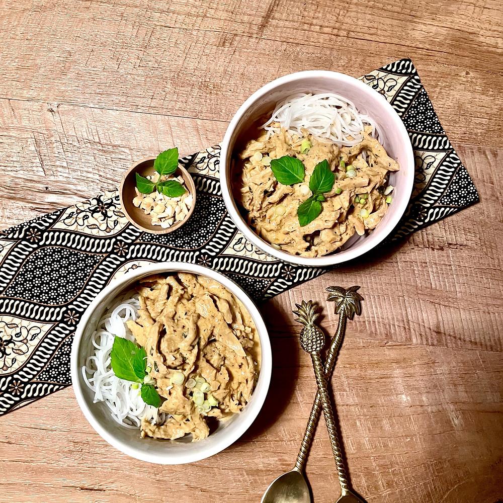"""Eine cremige Kokosmilchsauce, aromatische Gewürze, zarte Reisnudeln und saftiges """"Erbsenfleisch"""""""
