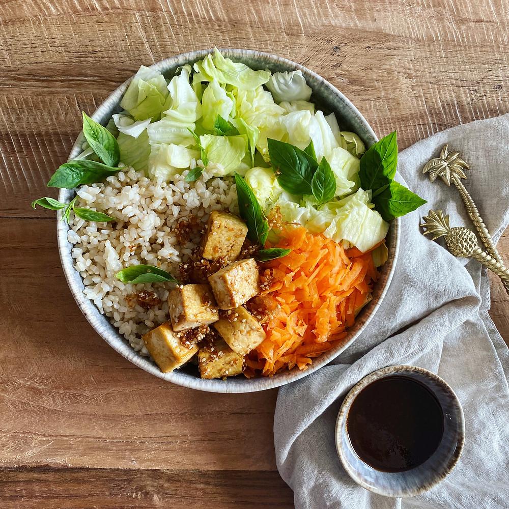 Vollkornreis als Sattmacher, Tofu als Proteinquelle und knackiges Gemüse für eine hohe Nährstoffdichte