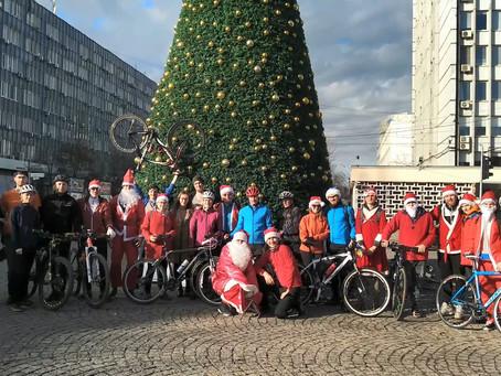 Moși Crăciuni pe biciclete au început să livreze cadouri