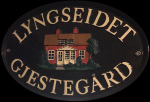 Lyngseidet-gjesteg+Ñrd-skilt-300x203.jpg
