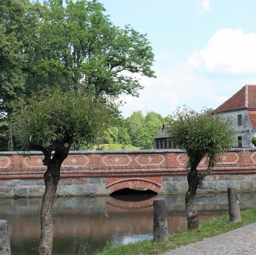 eine kleine Backsteinbrücke