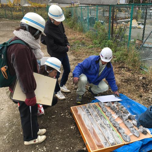 田谷道路工事現場の地盤調査視察風景