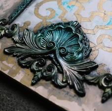 Posh chalk patina on woodubend mouldings