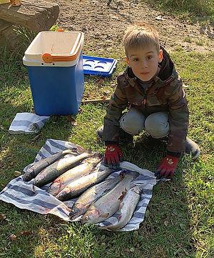 Junge mit Fischen