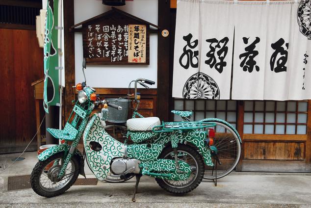 Motorbike and bicycle karakusa-style, Takayama