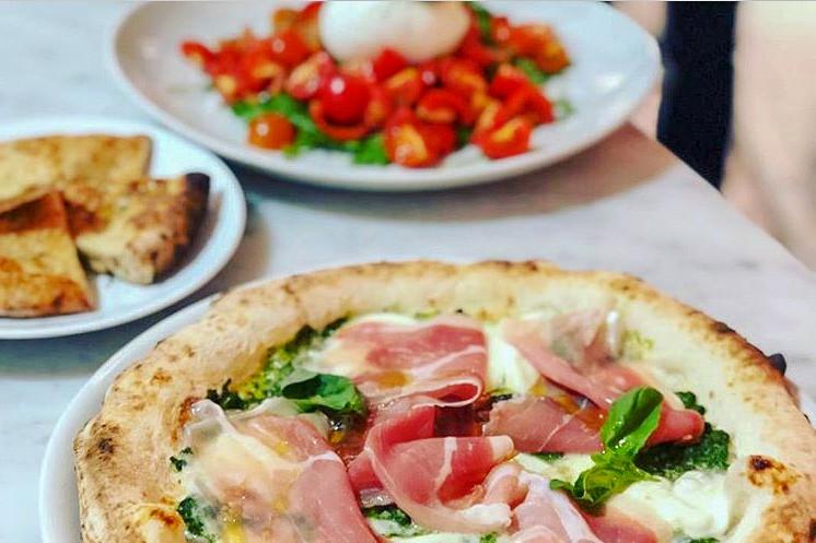 Pizza della tradizione napoletana, dalle tradizionali alle speciali dai gusti particolari.
